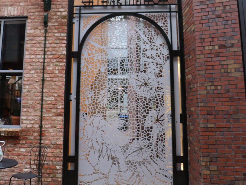 Watergesneden deur uit metaal
