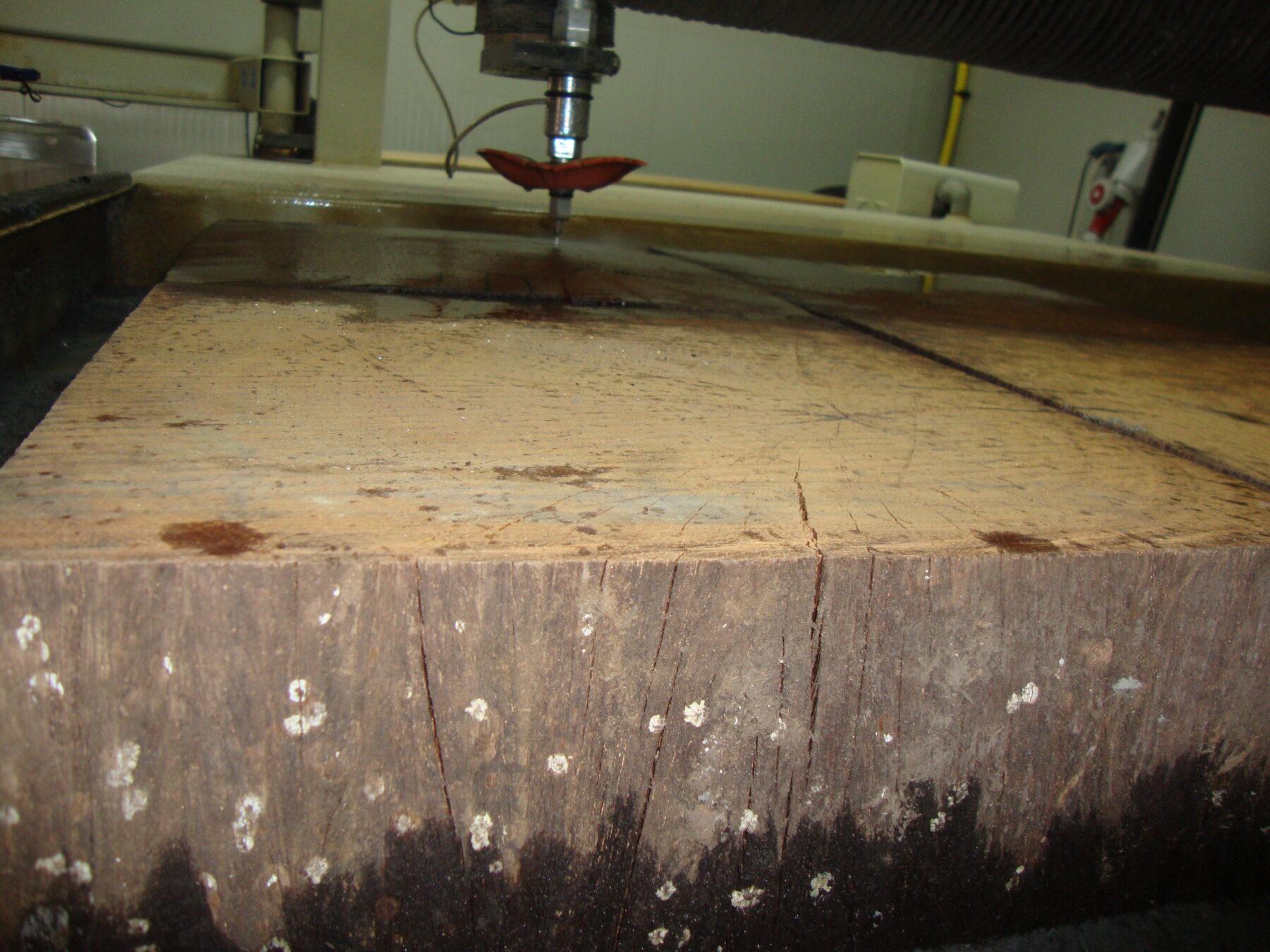 Watersnijden van 125mm dik hout.